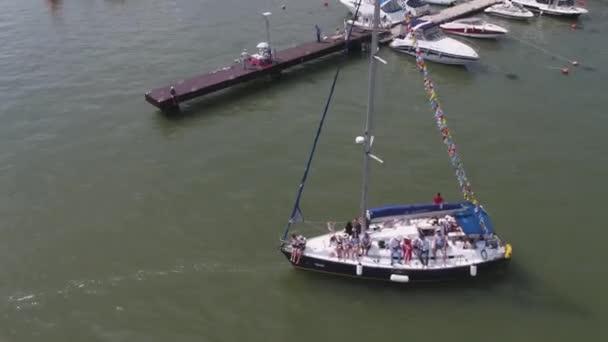 Vitorlás kikötő. Sok szép kikötve vitorlás Yachtok a tengeri kikötő. Felvételeket. Modern vízi szállítás, Nyári nyaralás