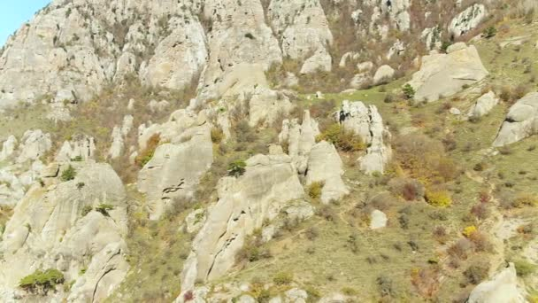 Óriás sziklák egy dombon. Lövés. Szokatlan rock formáció