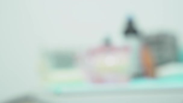 Nahaufnahme der Prothese Kiefer. Medien. Prothese der Kiefer mit Zähnen mit transparenten Gummis steht auf Tisch in Zahnarztpraxis. Modernes Design der Unterkiefer-Prothese