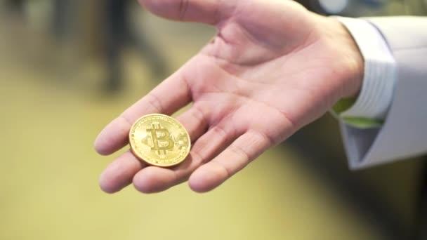Üzletember ragaszkodik arany darab érme Ticker szimbólum Btc, pénzügy pénz bitcoin koncepció. Stock. Bitcoin Btc az új virtuális pénz