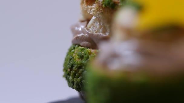 Frische hausgemachte Smores mit Marshmallows, Schokolade und Graham Cracker hautnah. Süß gefüllte Schokolade Creme Kuchen auf weißem Hintergrund