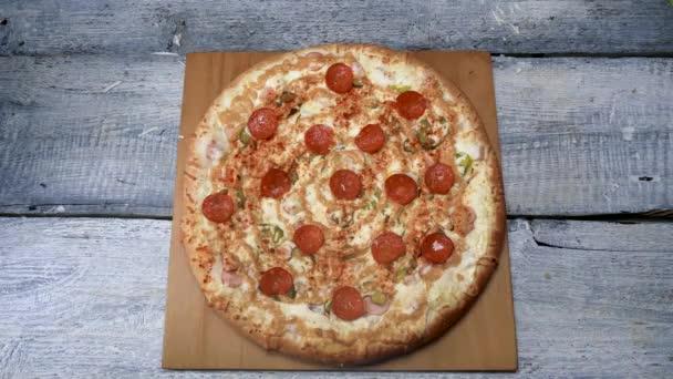 Ízletes frissen sült pizza fa tálca. Keret. Lédús étvágygerjesztő pizza fa tálcán szakszerűen sült pizza fogyasztásra kész
