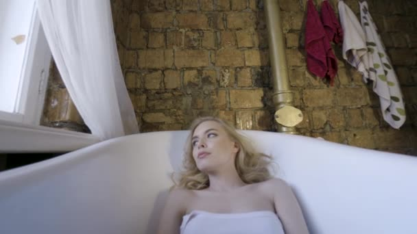 Nádherná holka sexy blondýnka ráno pózovitá v koupelně. Akce. Mladá blondýnka, která ležela ráno ve vaně