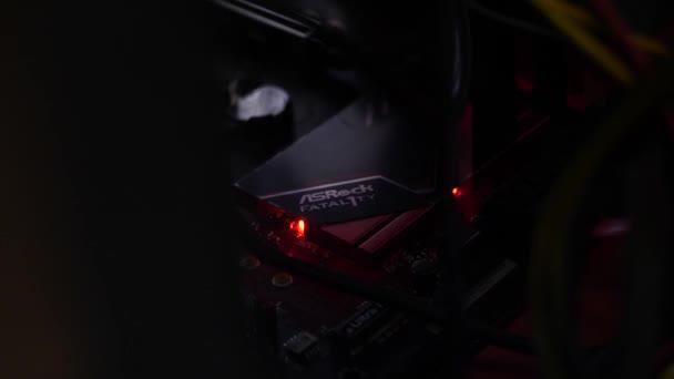 Bitcoin Kryptowährung Mining Farm mit einer Nahaufnahme des Details eines Mechanismus mit blinkendem Indikator. Archivmaterial. Teil eines Bergbaubetriebs.