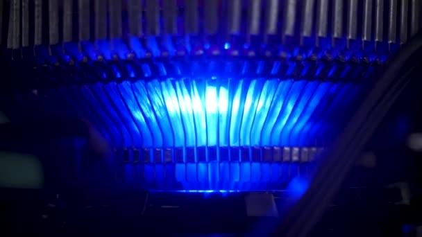 Közelről a kék fény a levegő hűtő, elektromos eszközök koncepció. Stock Footage. A számítógép-hűtő rendszer részletei.