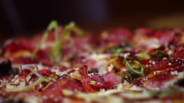 Na konci čerstvé chutné italské pizzy se salámem, sýrem mozzarella, slaninou, rajčatovou omáčkou a pepřem. Rámeček. Tradiční italská kuchyně