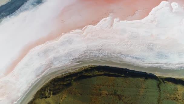 Pohled na mrtvé slané moře v blízkosti zelené trávy, krásy přírody. Shot. Anténa pro zelenou louku u suché přírodní nádrže.