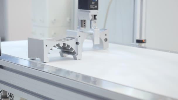 Robotkaros felvonók részleteket. Média. A robotkar használata részletesen alkatrész gyártósoron. Az ipari koncepció Hi-Technology mechanikus alkatrészgyártási folyamata