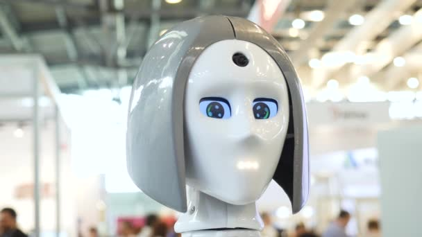 Womans arcát egy high-tech robot. Média. High-Tech robot a kiállításon. Robotika egy ember, mint a droid robot