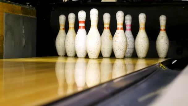 Bílé kolíky jsou na bowlingové lince. Media. Bowlingové kolíky jsou v řadě pro hru