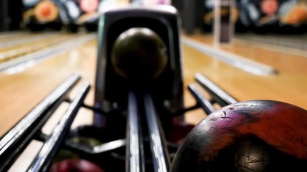 Moderní kuželky se zelenou koulí, která se valit z mechanismu před bowlingovou uličkou. Media. Uzavřete misky v kuželových klubech, sportu a koncepci aktivit.