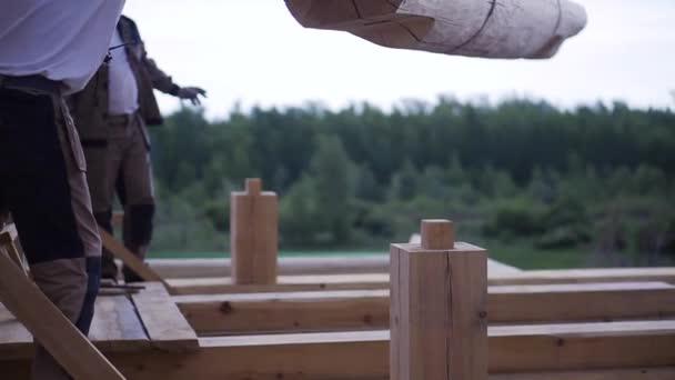 Montage von Balken für den Hausbau. Clip. Elemente aus Holzbaustoffen