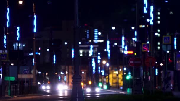 futuristische Straßenbeleuchtung in der Nacht. Archivmaterial. moderne Beleuchtung mit Laternen Straßen der Metropole in der Nacht. futuristische Beleuchtung Nachtautobahn schafft Eindruck der Stadt der Zukunft
