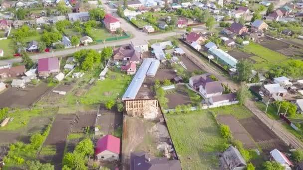 Top kilátás vidéki falu telkek és házak. Csípés. Külvárosi területek gyönyörű nyaralóházakkal jó hely a családi nyaraláshoz nyáron