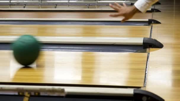 Boční pohled bowlingové koule na bowling, sportovní hry a soutěžní koncept. Média. Zblízka pro míč na dřevěné bowling Lane.