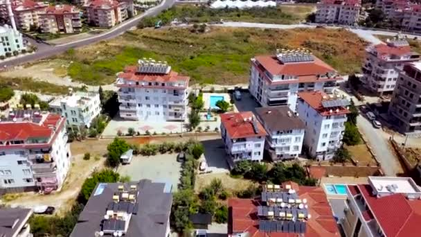 Vista panoramica degli hotel con piscina in estate. Clip. Complesso con hotel a più piani e piscina in località balneare. Vacanza estiva con comfort