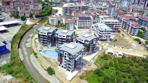 Nuovo complesso alberghiero con piscina. Clip. Top vista di bellissimi hotel con architettura moderna e piscina allaperto in città resort