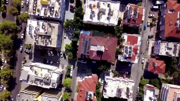 Top kilátás tetőtéri toronyházak lakóépületek a város központjában. Csípés. A déli üdülőhely központjában városi házak tetők és mozgó autók az utakon