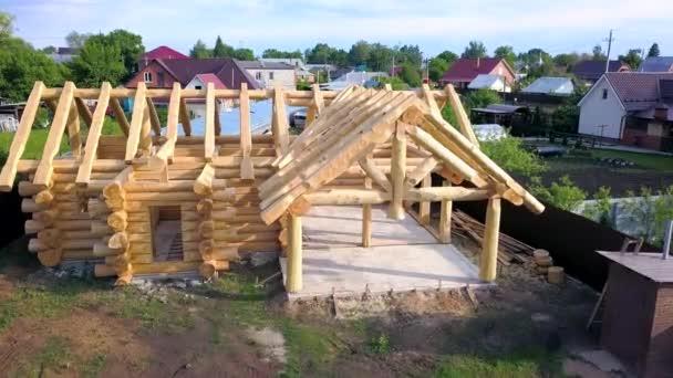 Holzhaus im Bau. Clip. Blick von oben auf Land-Holzhaus zu Beginn der Bauarbeiten ist in Rahmenform