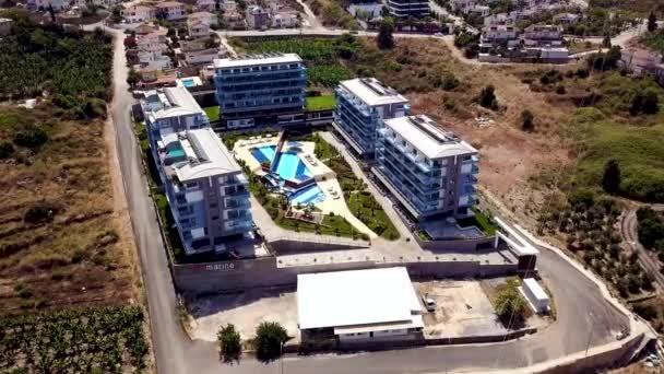 Vista dallalto di hotel complesso con piscina per vacanze estive. Stock footage. Bellissimi hotel con piscina e moderno layout di design del paesaggio