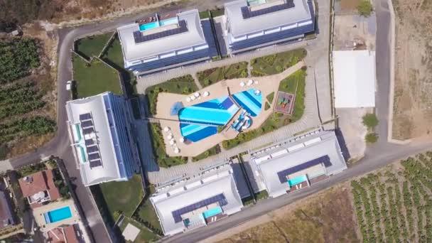 Vista dallalto della splendida piscina di alberghi complessi. Stock footage. Bellissimo design paesaggistico del complesso alberghiero resort con piscina