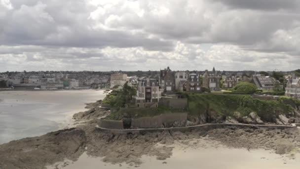 schöne Luftaufnahme der grauen alten europäischen Stadt in der Nähe des Sandufers im Sommer vor grauem bewölkten Himmel. Aktion. Prachtvolle europäische Architektur