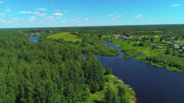 Természetes táj zöld fákkal, széles folyóval és zöld mezővel. Lelőtték. Légi kilátás nyári táj erdő, zöld rétek és folyó vidéken, repülőgép kaland egy nyári időszakban.