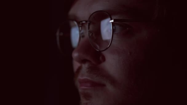 Közelkép kocka arc olvasás adatok tükröződnek szemüveg, késő estig dolgozik. Fogantatás. Okos nformation elemző vagy internetes marketing vagy kódoló fejlesztő arc elszigetelt fekete háttér.