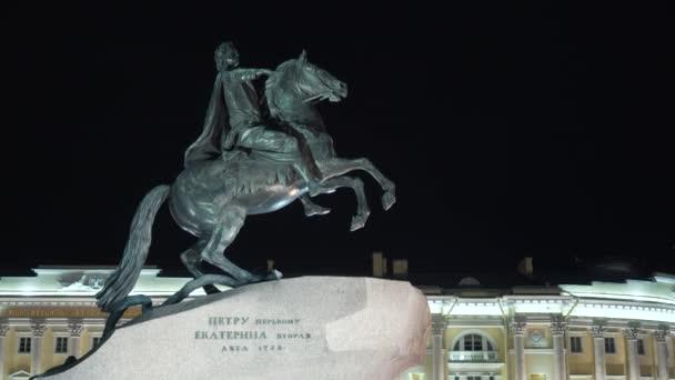 Památník Peterovi skvělý s koněm v noci. Akce. Majestátní památník ruského císaře jezdeckého koně je osvětlen v noci. Památník měděného jezdce je v noci krásně osvětlen