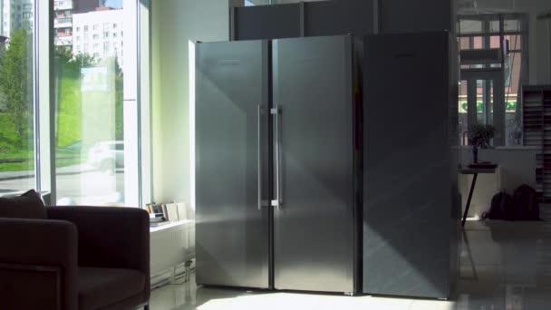 Kühlschrank mit zwei Türen. Haushaltsgeräte. Modernes Design des angrenzenden Kühlschranks mit zwei großen Türen. Zwei große Fächer zum Einfrieren und zur Aufbewahrung im Doppelkühlschrank