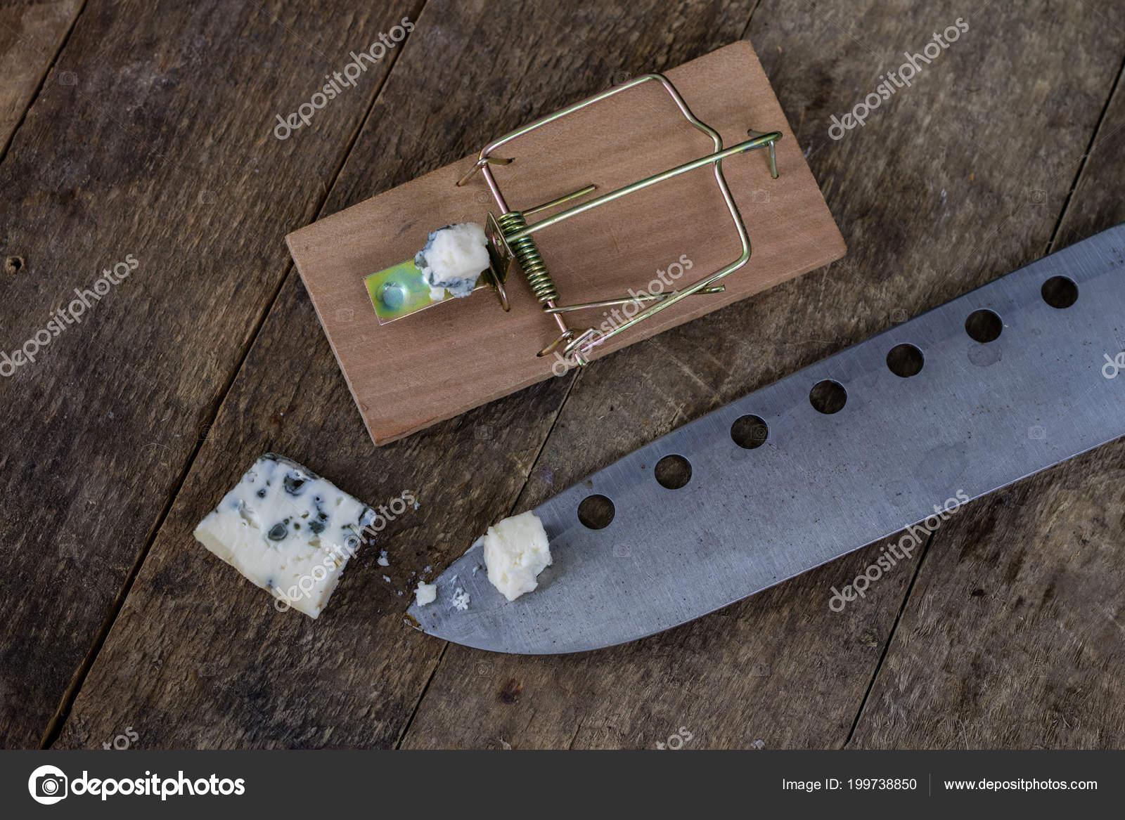 Mousetrap een oude houten tafel metalen toebehoren voor uitroeiing