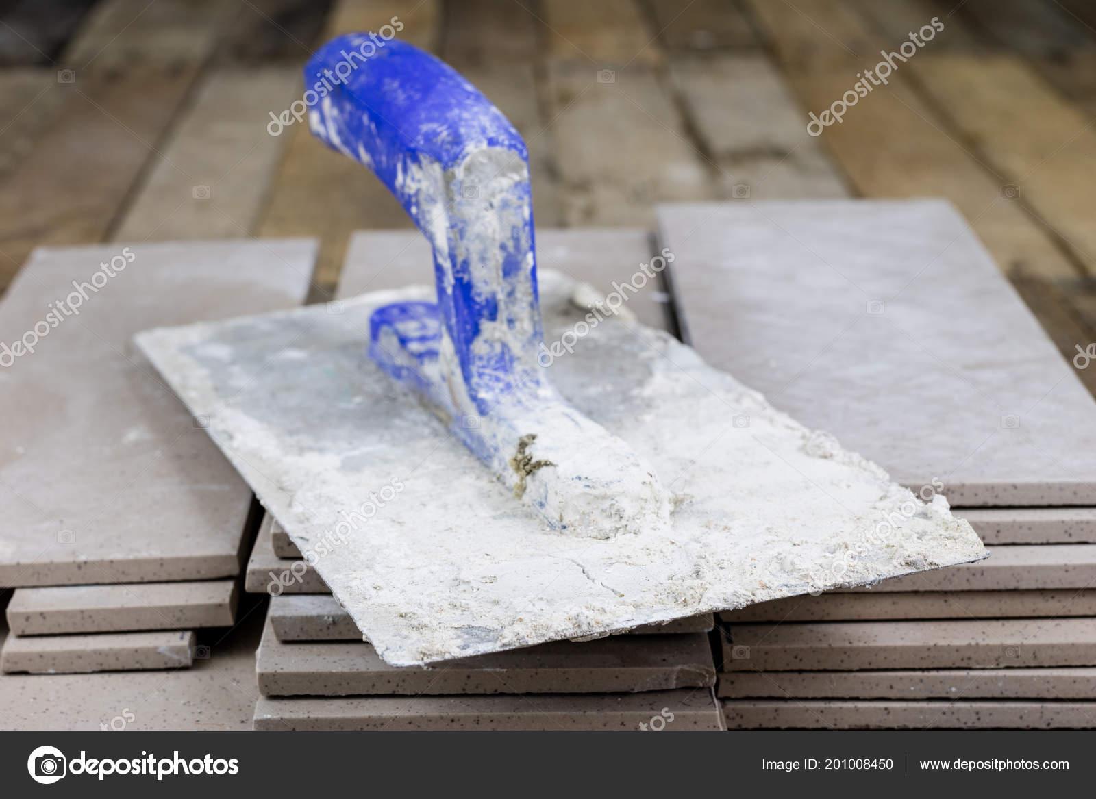 Piastrelle posa sul pavimento accessori materiale operaio