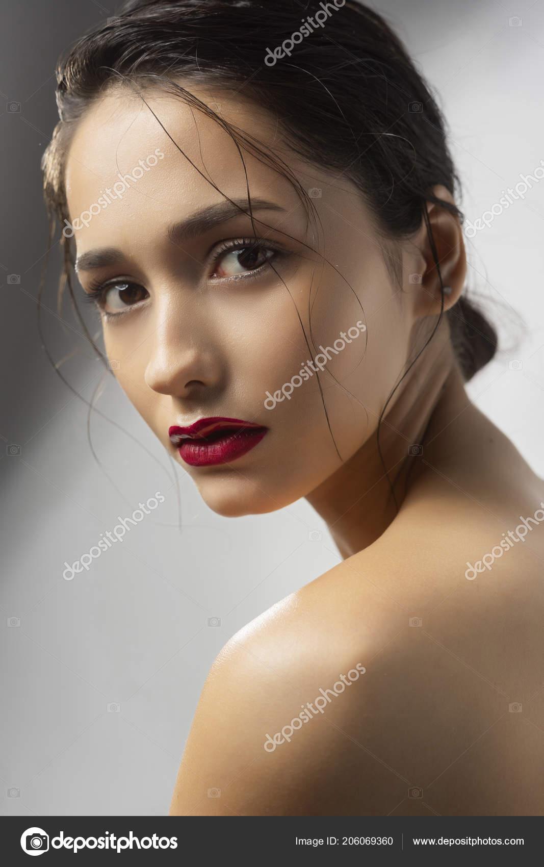 bruneta nahý model