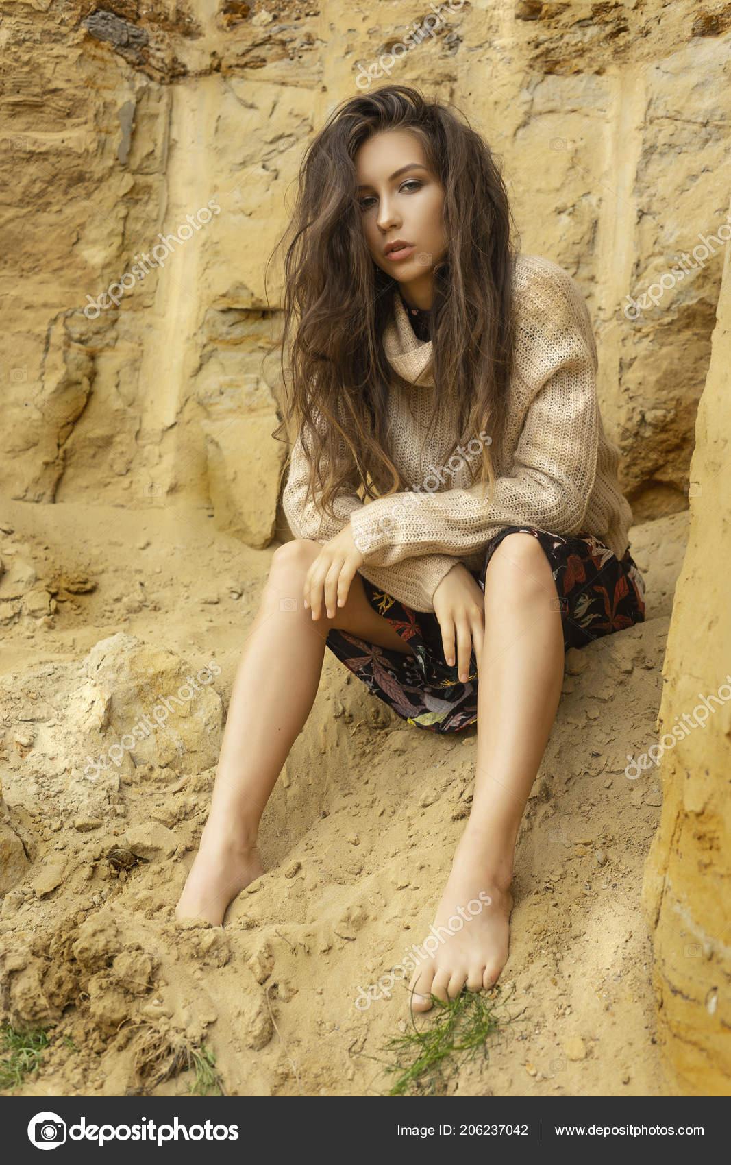 Schöne Mädchen Trägt Einen Beigefarbenen Pullover Und Einen
