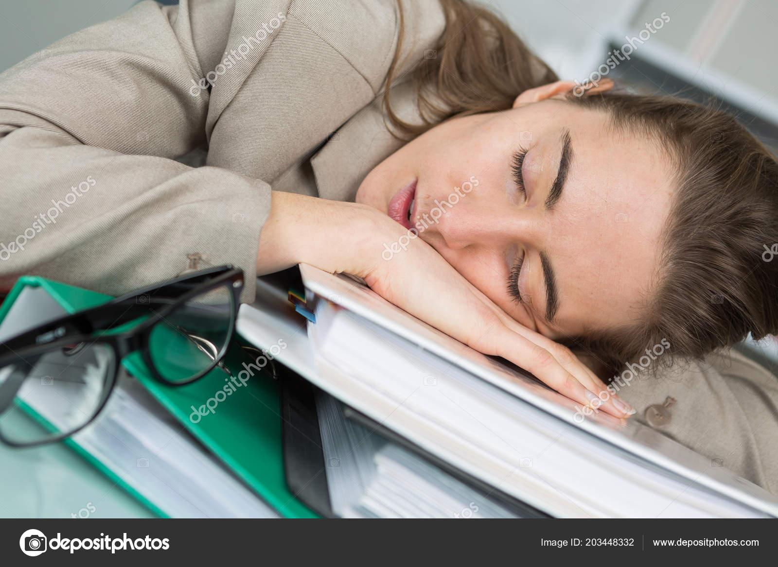 Employée de dormir sur son bureau au bureau u photographie