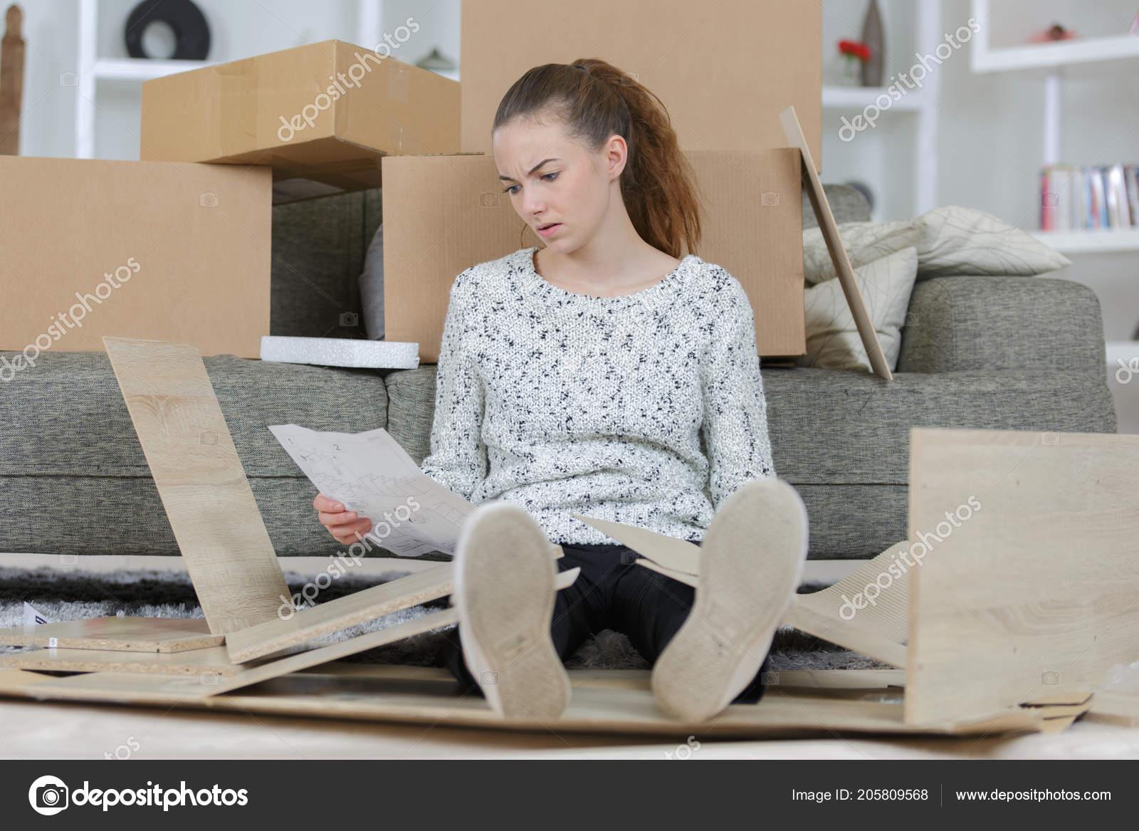 Mujer frustrada con sin montar muebles de cocina — Foto de ...