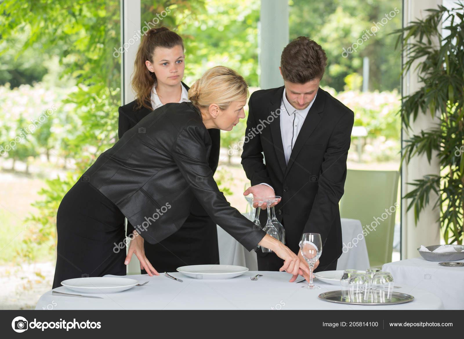 poner la mesa correctamente Gerente De Control De Camarero Ha Poner La Mesa
