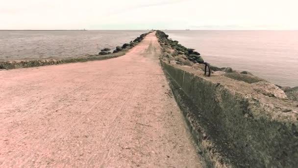 Mole Damm Bewegung Zeitraffer in einer Riga-Stadt, Lettland. Steinmauer-Schutz an der Ostsee