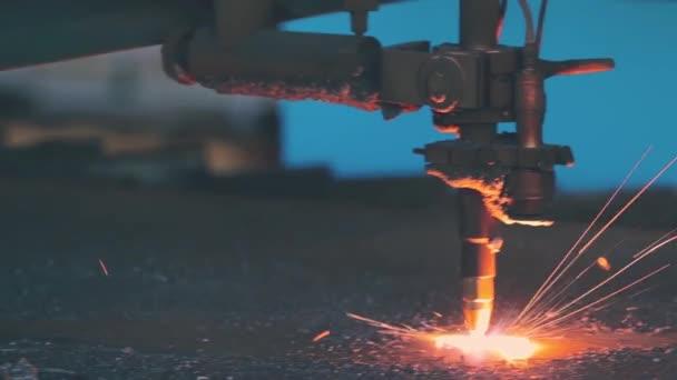 Plazmový řezací stroj řeže ploché kovové plynu nebo laserem v továrně na kovové konstrukce. Profesionální zámečnické výroby. Těžký průmysl workshop