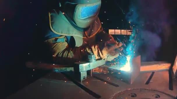 Profesionální polo automatické svařování kit 380 volt a až 300 Amper v super zpomaleně. Svářečka s ochrannou masku proti pracuje v továrně na kovové konstrukce. Těžký průmysl workshop