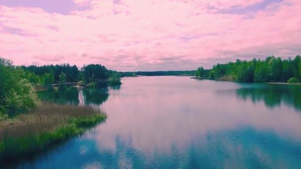 Légifelvételek egy gyönyörű tó. Romantikus nyári táj elfoglalták repülő drone