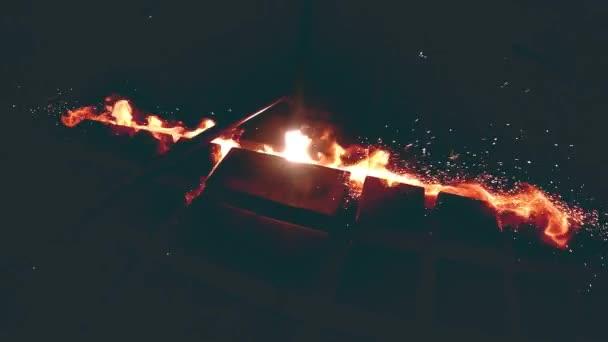 Kov, topení plynem svařovací souprava na kovové konstrukce workshop v super zpomaleně. Svářeč pracuje v továrně na kovové konstrukci. Těžký průmysl a profesionální zámečnické