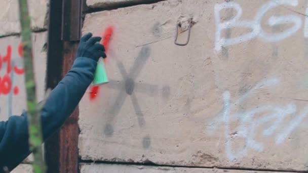 Street Hooligan írás a falra egy spray festék doboz