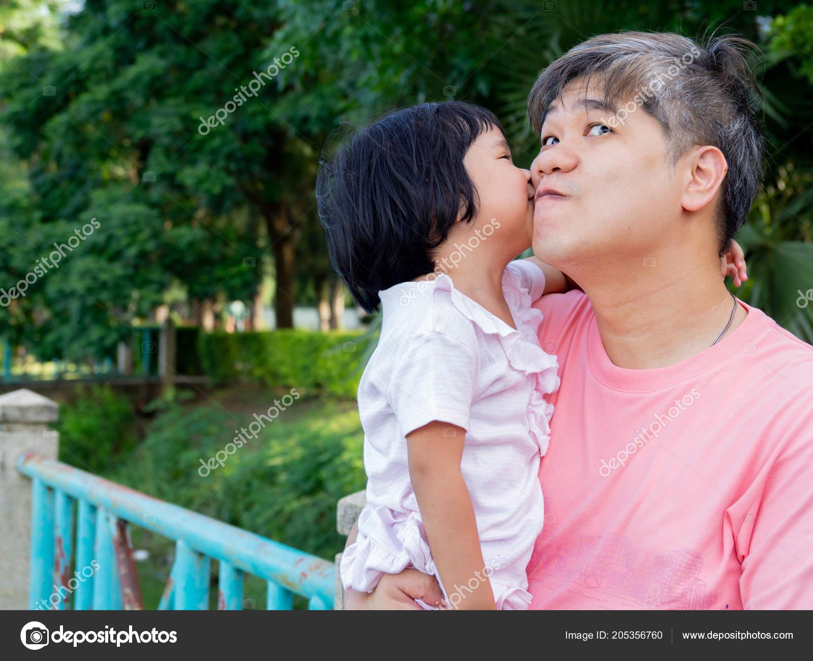 Японские шоу отец и дочь онлайн, Японское порно шоу отец должен отгадать дочь 19 фотография
