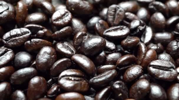 Nahaufnahme schwarzer Kaffeebohnen. starker schwarzer Espresso, Kaffeekörner, Textur