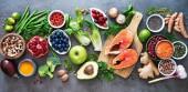 Výběr zdravých potravin: potravinové zdroje omega-3 a nenasycených tuků, ovoce, zeleniny, semen, superpotravin s vysokým vitaminu e a vlákniny, obiloviny na šedém pozadí