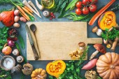 Fotografie Zdravá nebo Vegetariánská výživa koncept s výběrem podzimní ovoce a zeleniny na rustikální dřevěný stůl