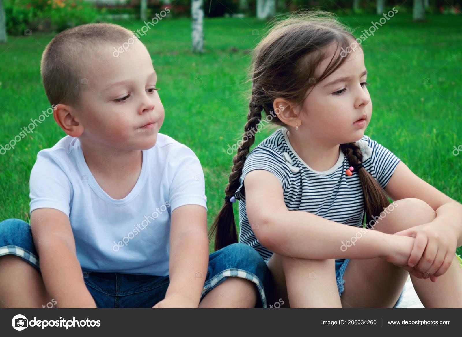 afd63f00dd0 Παιδιά Αγόρι Και Κορίτσι Συνεδρίαση Για Γρασίδι Καλοκαίρι ...