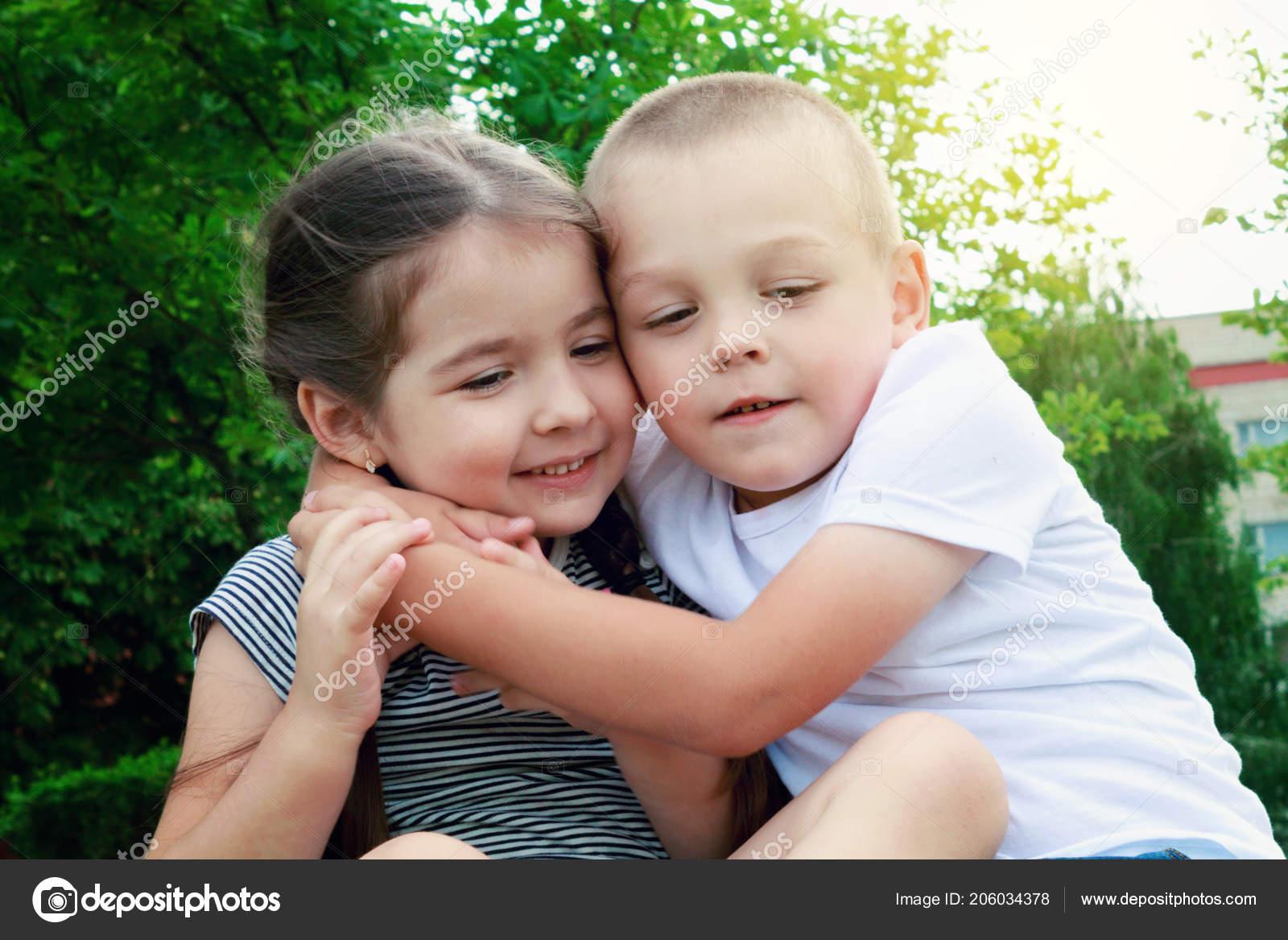fa5172b5c2f Χαρούμενα Παιδιά Αγόρι Και Κορίτσι Συνεδρίαση Για Γρασίδι Έχει ...