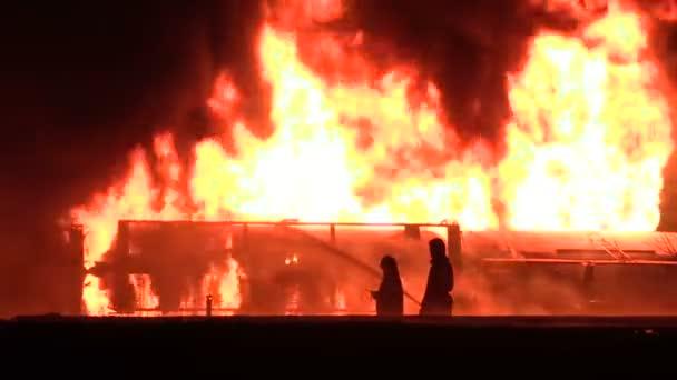 siluety hasičů v noční práce